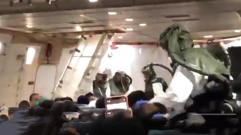 米国のチャーター帰国機内映像